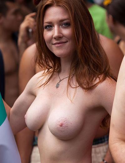Mulheres nuas em publico