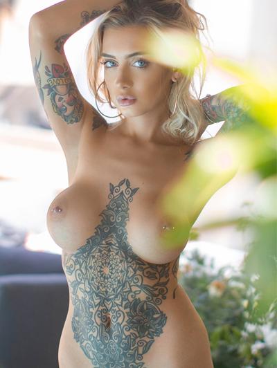 Fotos de mulheres tatuadas peladas