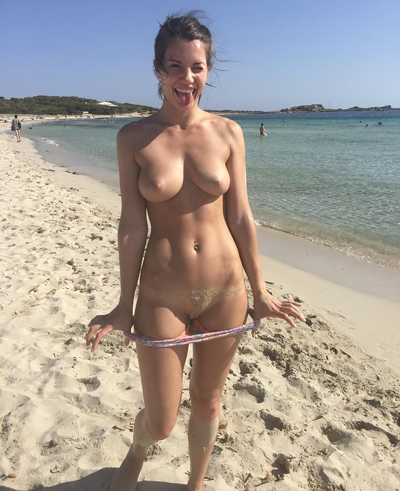 loira pelada na praia