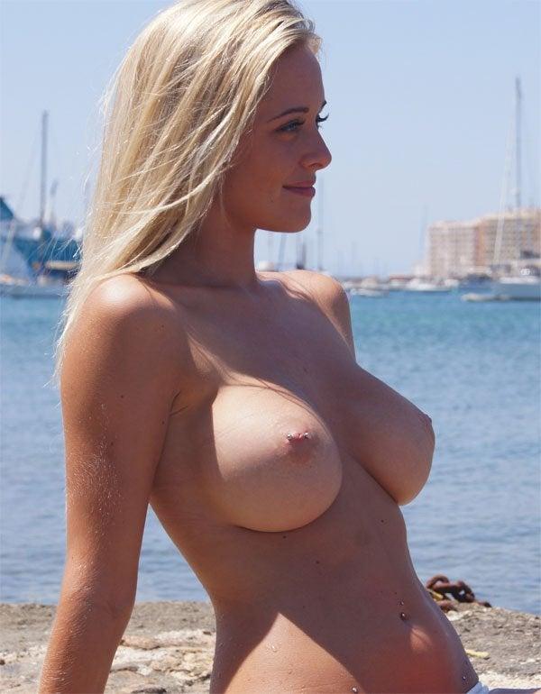 gostosas nuas na praia de nudismo