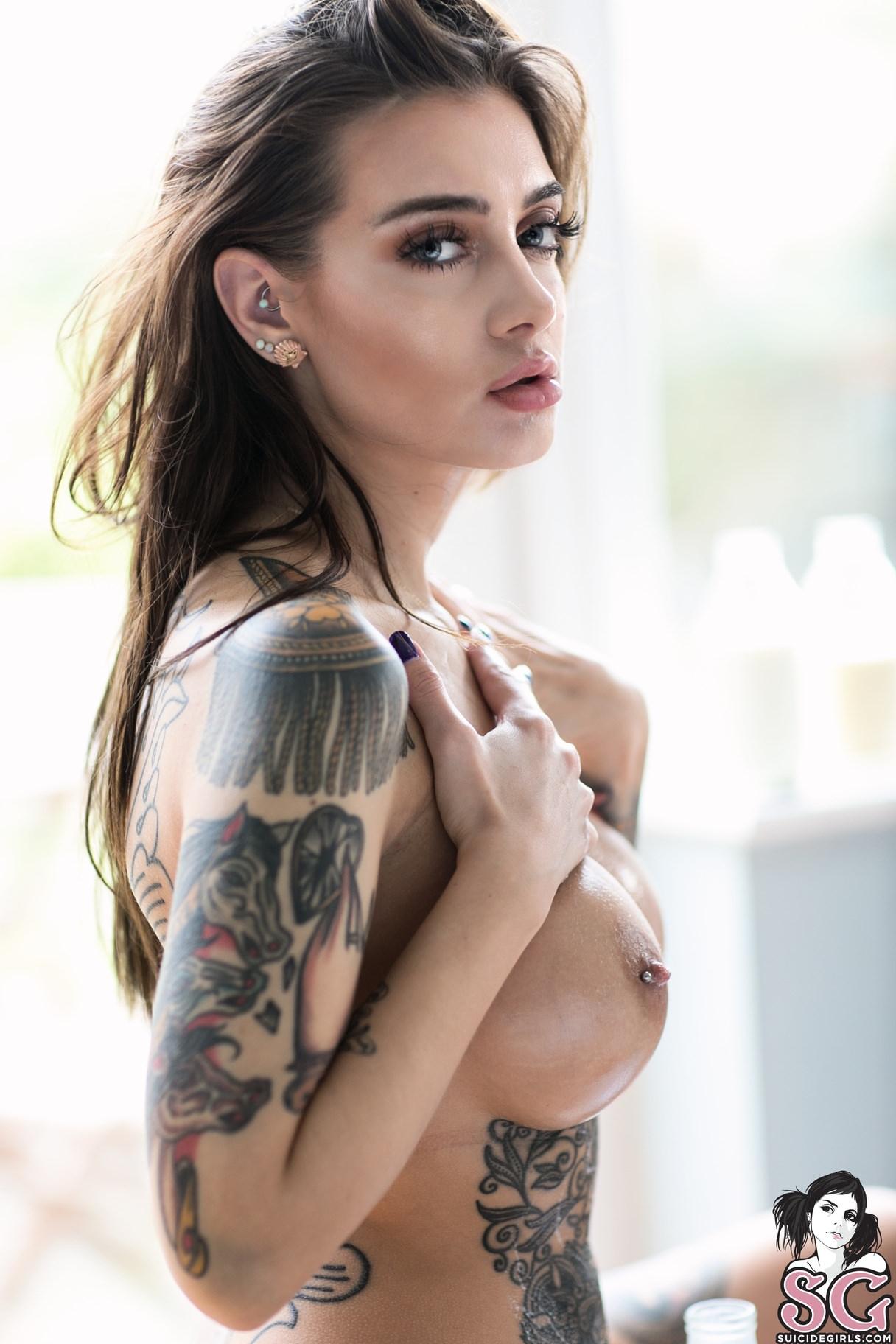 Fotos de mulheres tatuadas nuas
