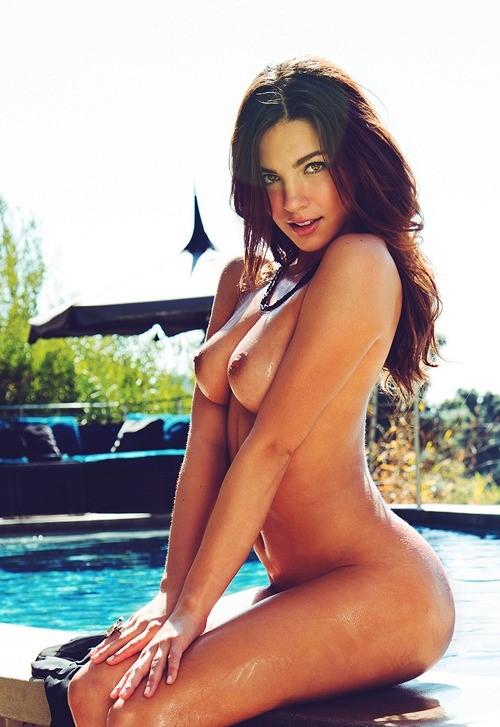 menina pelada na piscina